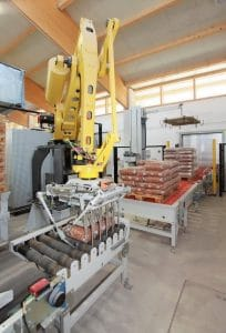The BEUMER robotpac series palletises and depalletises a wide variety of packaged goods with specially designed gripping systems.