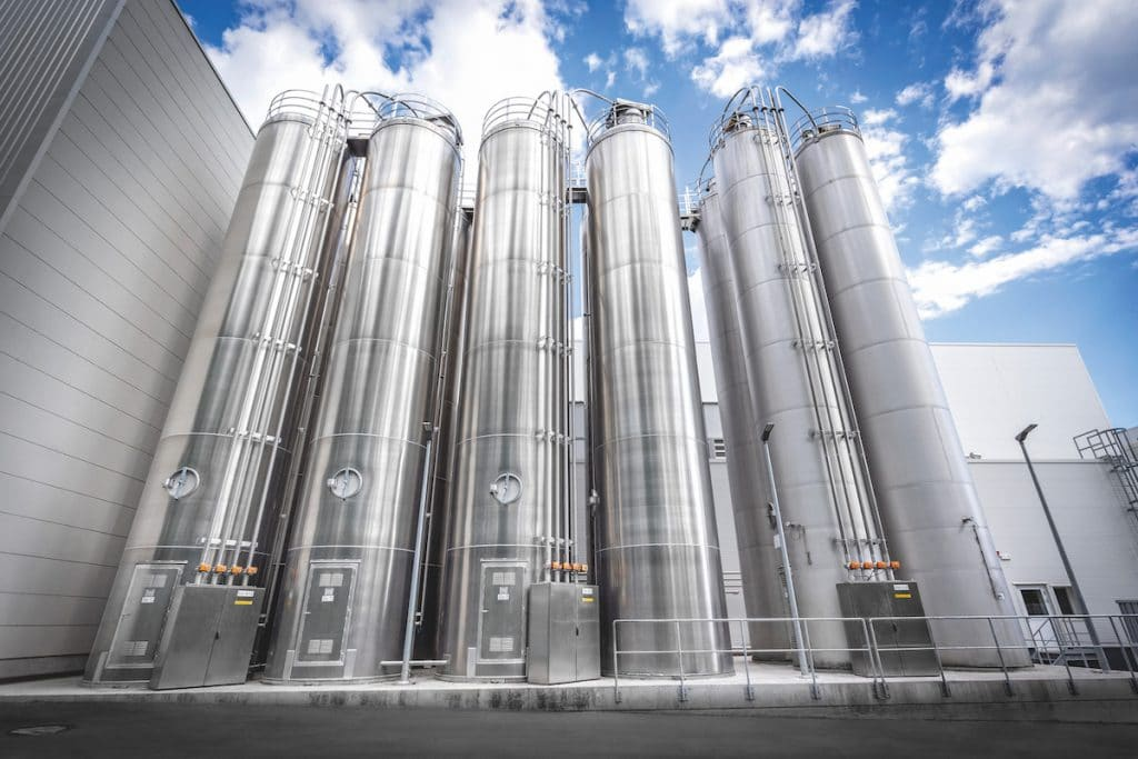 The main components are stored in outdoor silos and are conveyed pneumatically to the mixing lines.